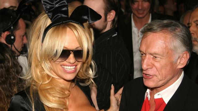 Homenagem de Pamela Anderson a Hugh Hefner gera discórdia