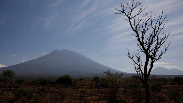 Possível erupção de vulcão em Bali obriga a retirar 122 mil pessoas