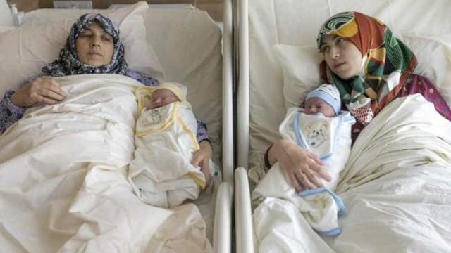 Mãe e filha sírias dão à luz na mesma altura