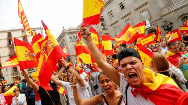 Milhares nas ruas de várias cidades contra referendo catalão