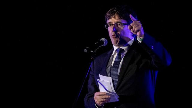 """Puigdemont critica """"encapuzados e violência"""" na Catalunha"""