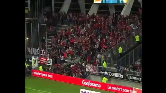 Barreira de bancada dos adeptos, num jogo em França, caiu. Há feridos