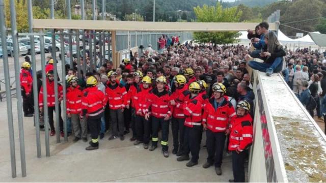 Catalunha: Bombeiros protegem população de carga policial
