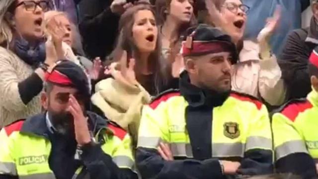 Mossos d'Esquadra em lágrimas aplaudidos pelos catalães