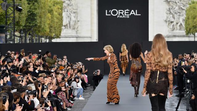Aos 79 anos, Jane Fonda deslumbra em desfile na Semana da Moda de Paris