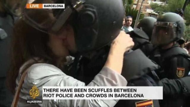 Independentista catalã rouba beijo a agente da Polícia Nacional