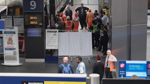 Passageiros abandonam comboio em pânico por homem recitar a Bíblia