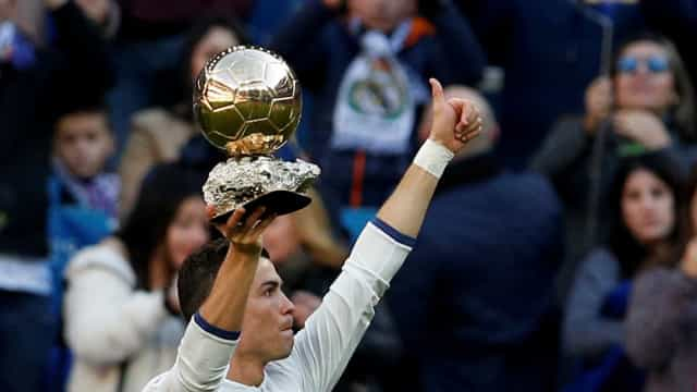 Ronaldo leiloou réplica de Bola de Ouro para fins de solidariedade