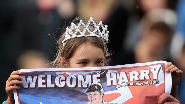 Imagens que provam o encanto das crianças pelo príncipe Harry