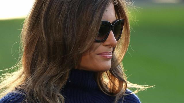 Melania Trump volta a dar que falar... por causa dos saltos altos