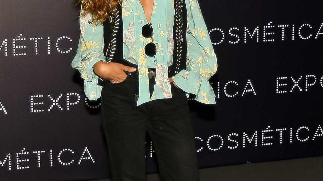 Joana Duarte despe-se para promover marca de sandálias