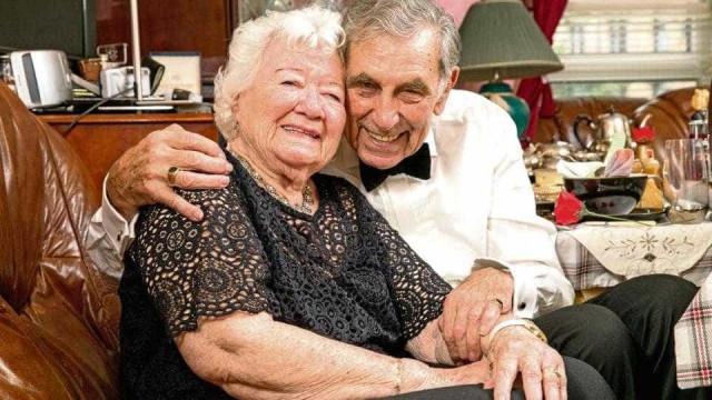 Conheceram-se em viagem de autocarro e ficaram noivos... depois dos 80