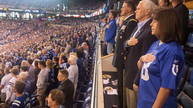 Mike Pence abandona jogo devido a protesto de jogadores durante o hino