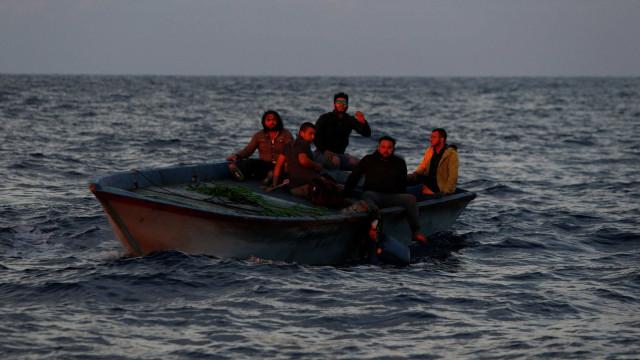 Armada espanhola resgata imigrantes que tentavam chegar a Espanha
