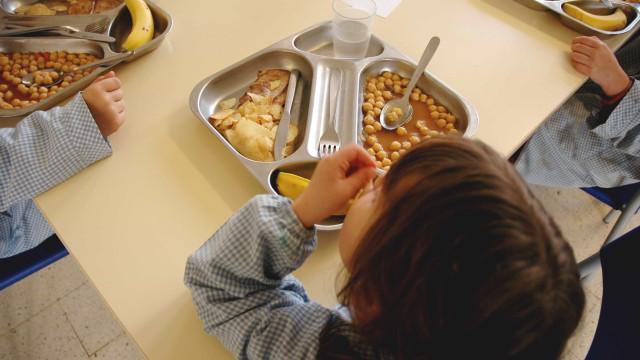 Fotografias mostram que há escolas onde a comida é pouca e má
