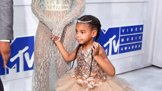 Filha de Beyoncé passeia com a avó com look 'estilo bailarina'