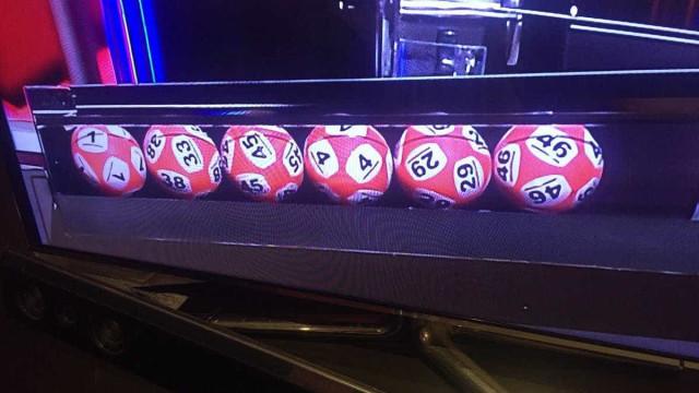 Polémica em sorteio devido a bola que parece ter dois números. 33 ou 38?