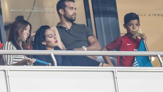 Georgina e Cristianinho torcem por Ronaldo no camarote do Estádio da Luz