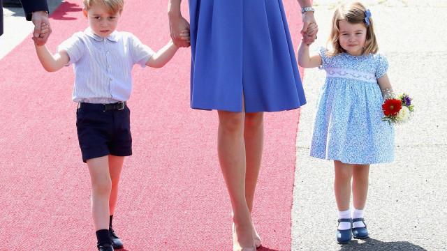 George e Charlotte encantam como meninos das alianças em casamento