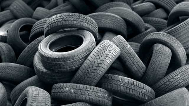 Incêndio em centro de reciclagem de pneus em Sines