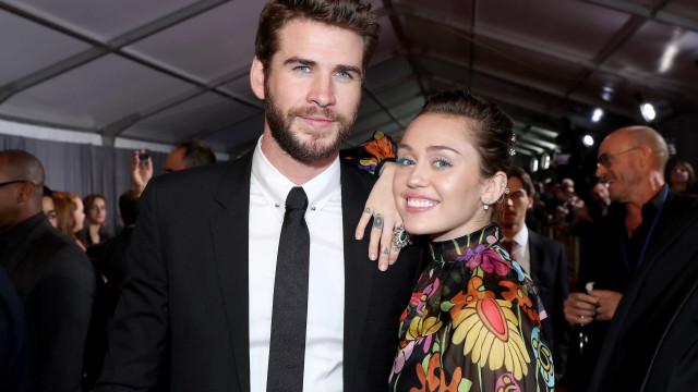 Miley Cyrus e Liam Hemsworth irradiam amor na passadeira vermelha