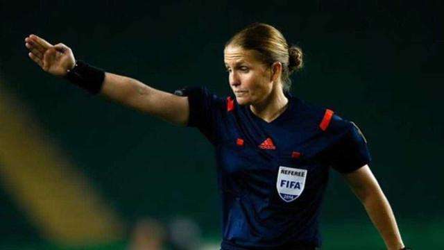 Eis a primeira mulher a arbitrar num Mundial de futebol masculino