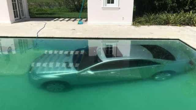 Namorada insatisfeita atira Mercedes para dentro da piscina