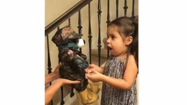 Militar em serviço envia prenda à filha. A sua reação tornou-se viral