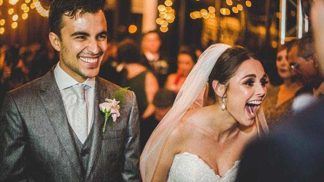 Casal adota cão que invadiu o seu casamento e se deitou no véu da noiva