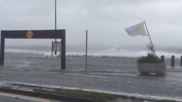Tempestade Ophelia atinge Irlanda em força