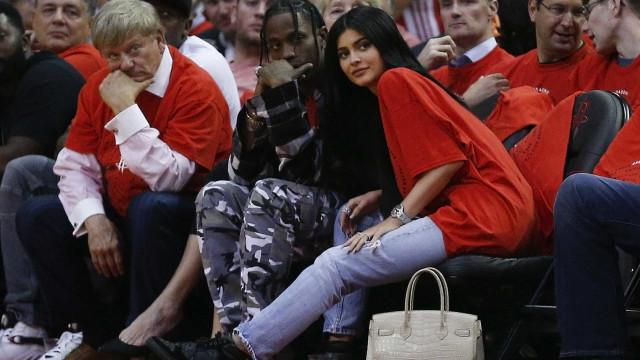 Travis Scott faz videochamada com Kylie Jenner durante atuação