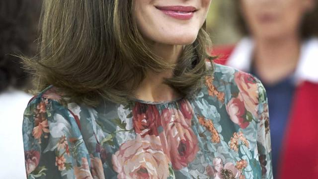 Rainha Letizia espalha elegância com vestido de 50 euros