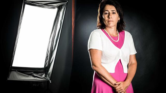 A ministra dos incêndios sai sob pressão para preservar dignidade pessoal