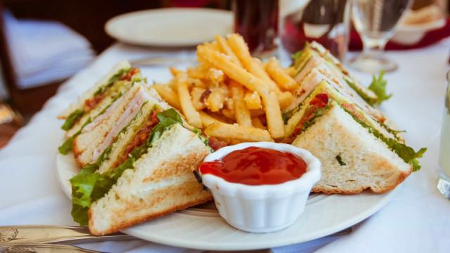 Sete alimentos que deve evitar ao almoço e os substitutos ideais
