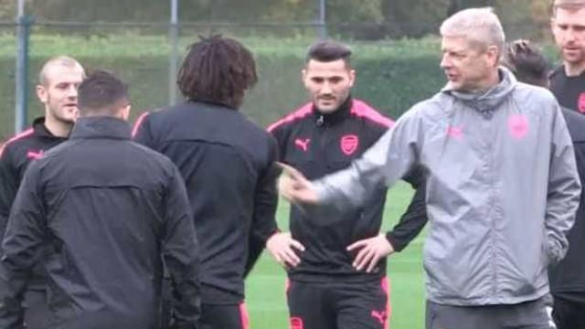 Tensão no Arsenal: Sanchez parece ignorar cumprimento de Wenger