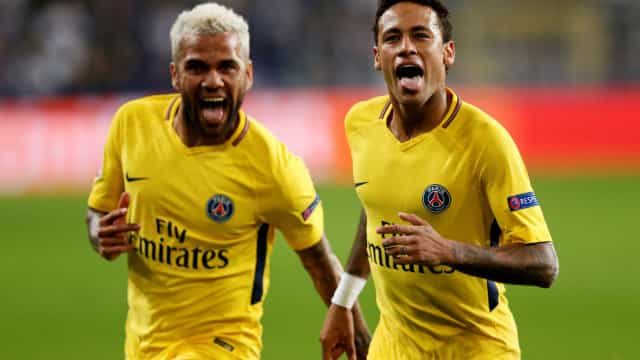 Neymar marca livre à Ronaldinho no triunfo do PSG em solo belga