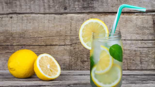 Teorias sobre a água com limão que deve esquecer