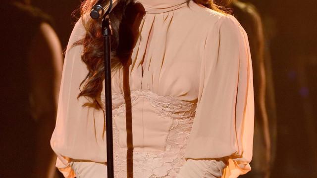 Demi Lovato veste a pele de Selena e usa decote (bastante) ousado