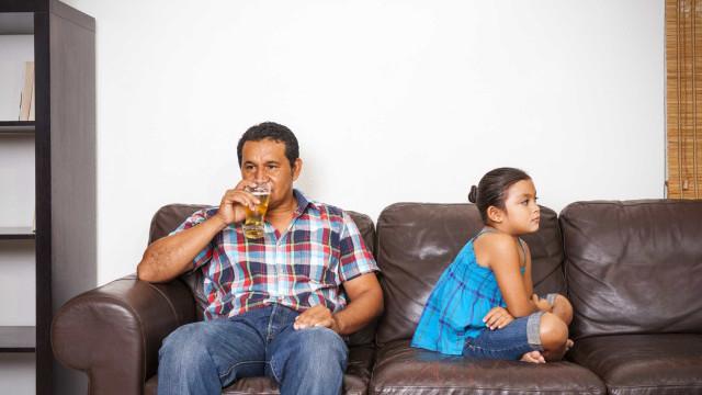 Beber álcool à frente dos filhos é um hábito que os prejudica