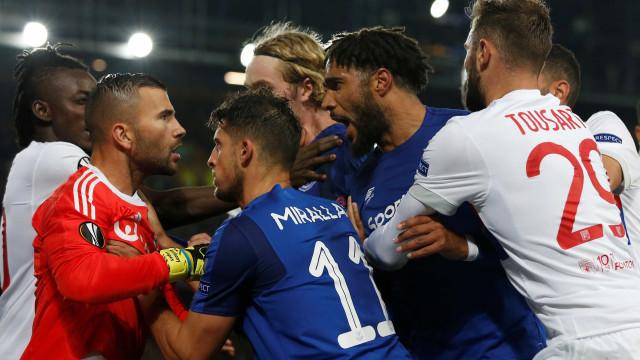 Everton-Lyon: Adepto com criança ao colo empurra e provoca Anthony Lopes