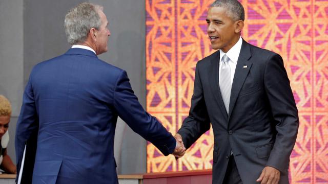 Obama voltou à política para criticar Trump. E teve a 'companhia' de Bush
