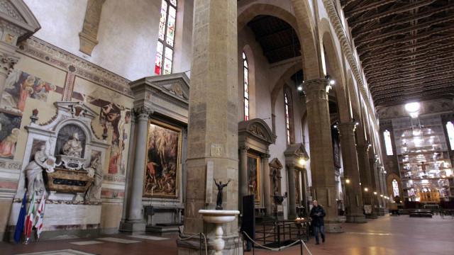 Turista morre ao ser atingido por pedra que caiu de Basílica em Florença