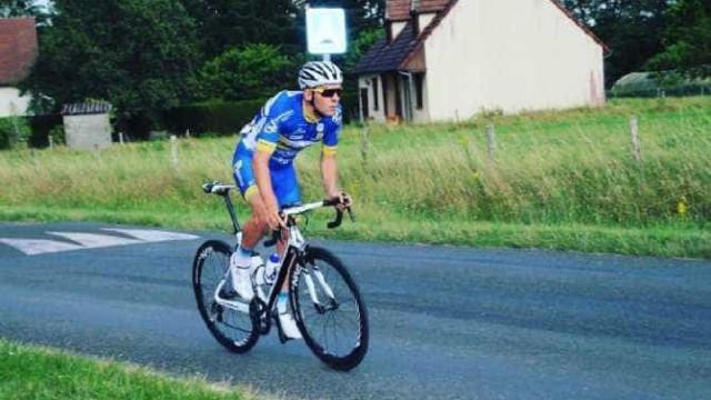 Ciclista francês de 20 anos morre em prova após chocar com ambulância