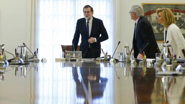 Rajoy usa a 'bomba' 155 e suspende autonomia da Catalunha