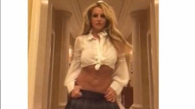Dezanove anos depois, Britney veste o look de 'Baby One More Time'