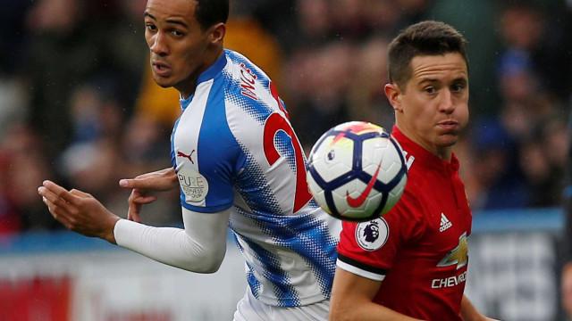 United escorrega em Huddersfield. City soma e segue