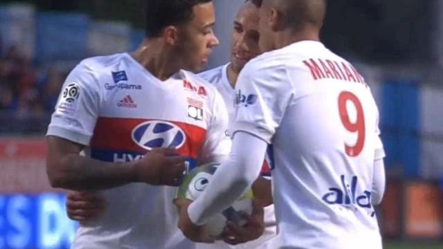 Depay e Mariano recriam momento de tensão entre 'Neymar-Cavani'