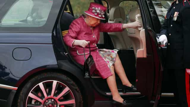 Rainha Isabel só traz dinheiro na mala aos domingos. Sabe porquê?