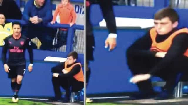 Brincadeira de apanha-bolas no Arsenal-Everton já está a correr o mundo