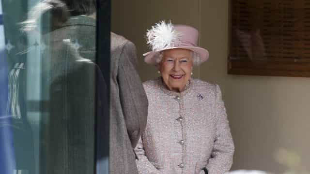 Gostava de conhecer a rainha Isabel II? A família real quer um estagiário